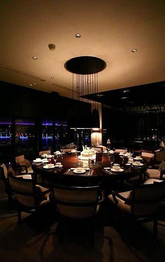 桌椅陈设,精致 优雅的内饰体现出一种曼妙的东方优雅的大包房