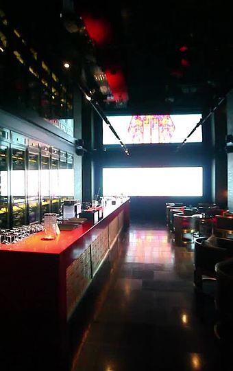 艳丽的中国红,在时尚的玻璃酒柜映衬下,突显的既时尚又美丽。