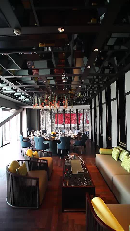 大红灯笼,梅花窗格亭台,优雅而气派
