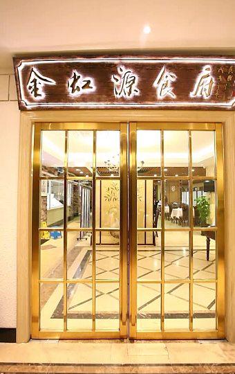 金色的主调色配上整墙的酒柜显得格外气派