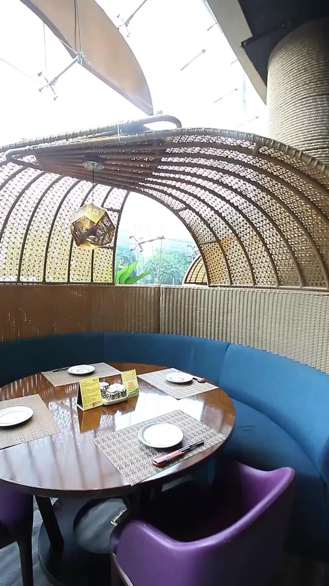 靠窗雅座,用餐与看风景兼顾~
