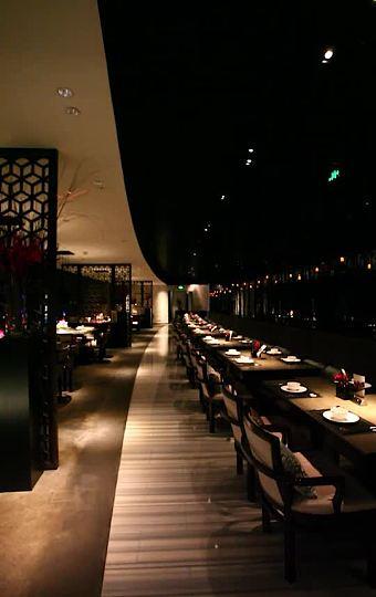 酒吧外的360环江平台散步,惬意舒适
