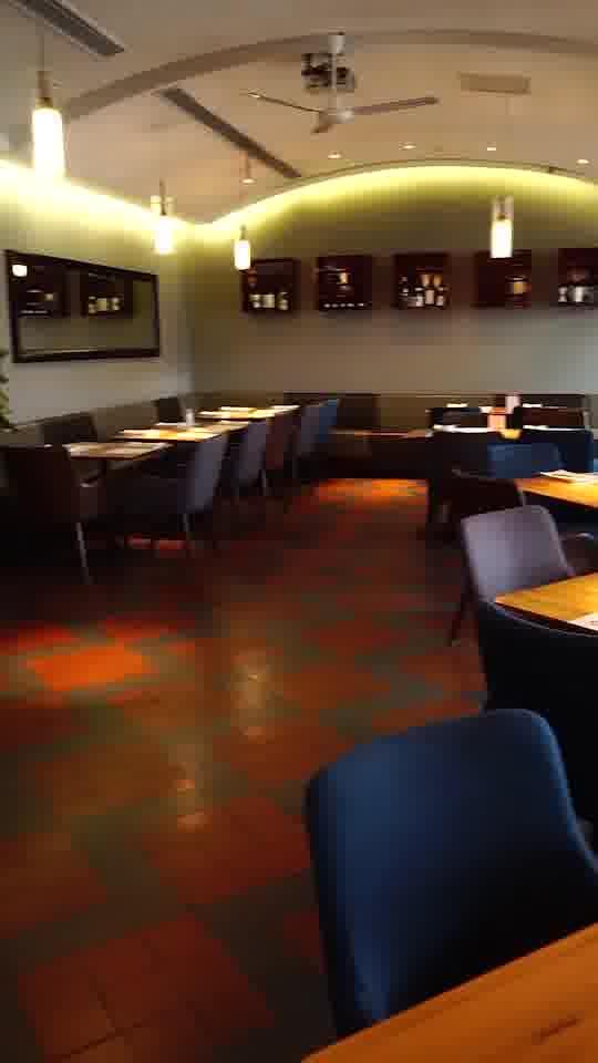 暗红色的主色调,2-4人的黑色小方桌随意摆放,很有艺术感