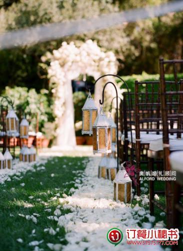 婚礼装饰细节,白色花瓣铺筑出通往婚姻殿堂