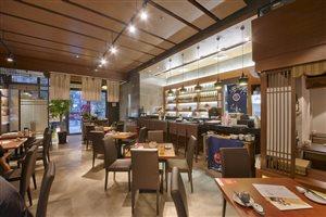餐厅整体是极简的日式装修风格,半开放式的厨房操作一览无余,一楼图片