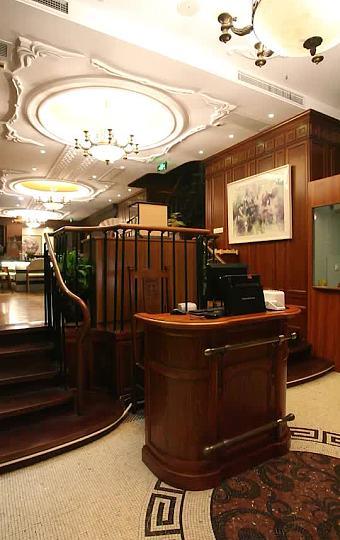 大厅的木质旋转楼梯 复古优雅