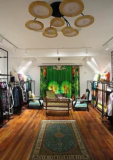餐厅专劈一个区域,摆放各式丝制品,小到丝巾,大到成衣,种类繁多