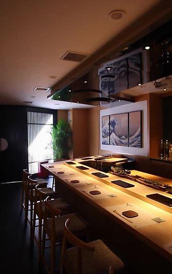 吧台一天只接待8位客人品尝怀石料理,可亲眼看到活开海胆取生蚝的制作过程哦