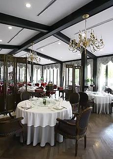 中式装修风格,木质镂刻的屏风,环境精致优雅