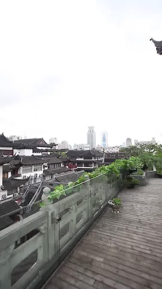 阳台上,可以饱览豫园风景