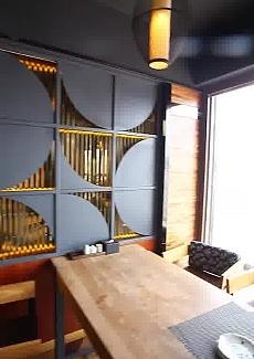 日式木质桌椅,造型吊灯、藏青色印花靠垫勾勒出简约大方的用餐氛围。