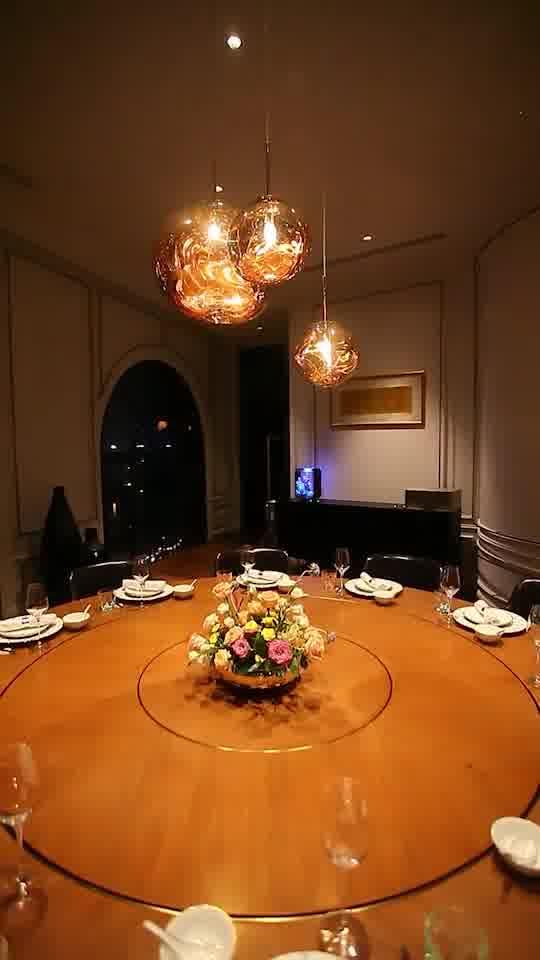 落地玻璃設計的挑窗,可以觀賞到黃浦江令人迷醉的夜景
