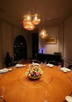 落地玻璃设计的挑窗,可以观赏到黄浦江令人迷醉的夜景