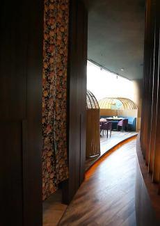 帘子隔开的半封闭包房,2到4人小聚的话推荐选择半包。