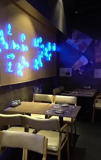 现代时尚的日式居酒屋,用竹子装饰的墙壁与投影电影,营造了一种舒适的氛围。