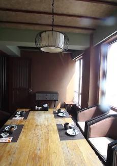 长桌包房,兼具设计感的工业风。