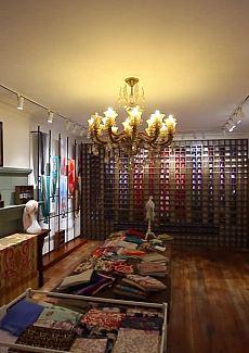 民国时期的老上海风情,摆放着的各色老物件,颇有年代感
