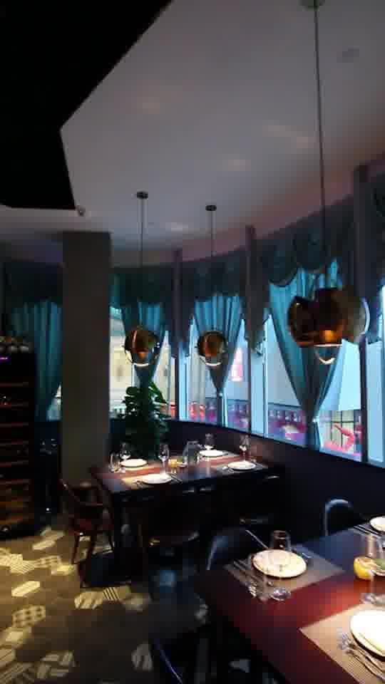 一个浪漫的酒吧餐厅