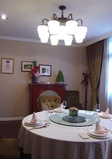 海派风,墙面的相框展示了餐厅的历史