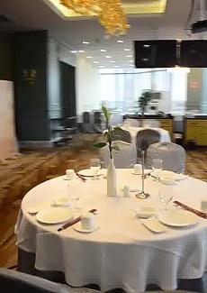 以传统粤菜、海河鲜、燕鲍翅、广式烧腊、港式点心、精品湘菜组成的港式酒楼