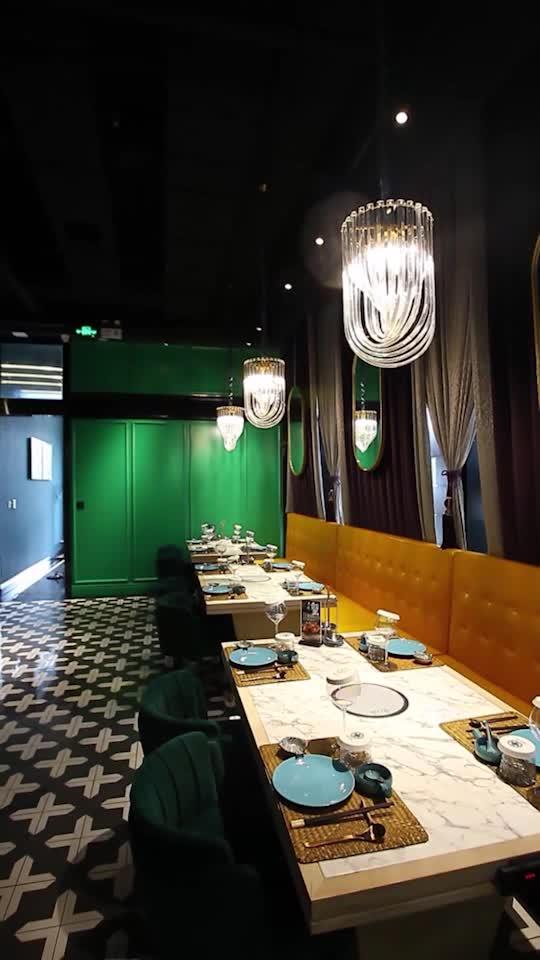 Tiffany藍綠色的場景、暖黃的水晶燈