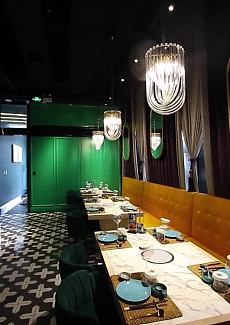 Tiffany蓝绿色的场景、暖黄的水晶灯