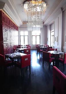 火红的椅子和屏风,热情又华丽