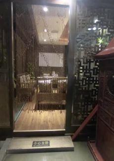 独具古味的茶馆,还有茶艺师进行茶艺、茶具展示。