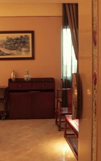 包房墙上是名贵瓷器典藏