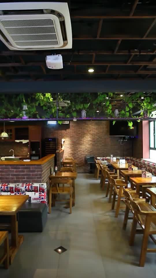 原木色桌椅,復古的空間