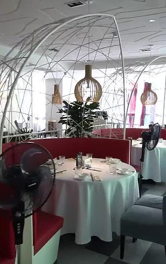 现代时尚的大厅以经典白色为主色调,帆船状的卡座,餐位间都有隔断,环境私密性较好。