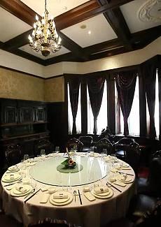 不仅仅是一个普通的餐馆,而是由美国的石油大亨洛克菲勒于1913年建造的的公馆