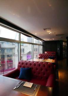 位于海伦宾馆4楼,J.Prime牛排海鲜餐厅揽尽繁华盛景。