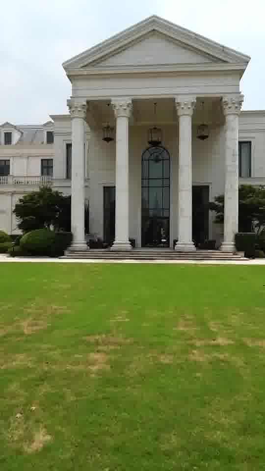 门口一片大草坪