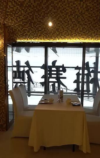 窗外便是世博源庆典广场和江景,别有一番情趣