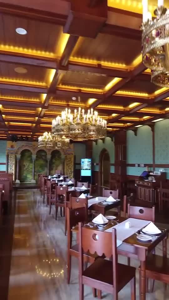 整個餐廳的設計風格和裝飾細節,靈感都來自新天鵝堡,富麗堂皇。