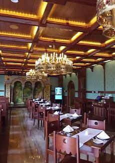 整个餐厅的设计风格和装饰细节,灵感都来自新天鹅堡,富丽堂皇。