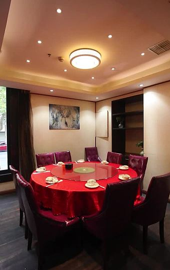 木制地板 红色桌布  简约又复古