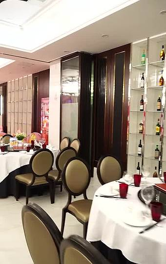 大厅宽敞明亮,容纳100多人,可进行大型宴会和公司活动