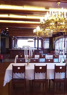 古老传统德国餐厅的设计,是天鹅堡里一模一样的墙纸。