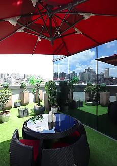 轻松惬意的露台,阳光明媚,绿意盎然。