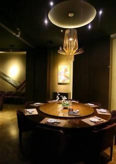 两桌的打通包房,中间有隐藏的隔板,装上隔板后可以分成两个独立的包房。