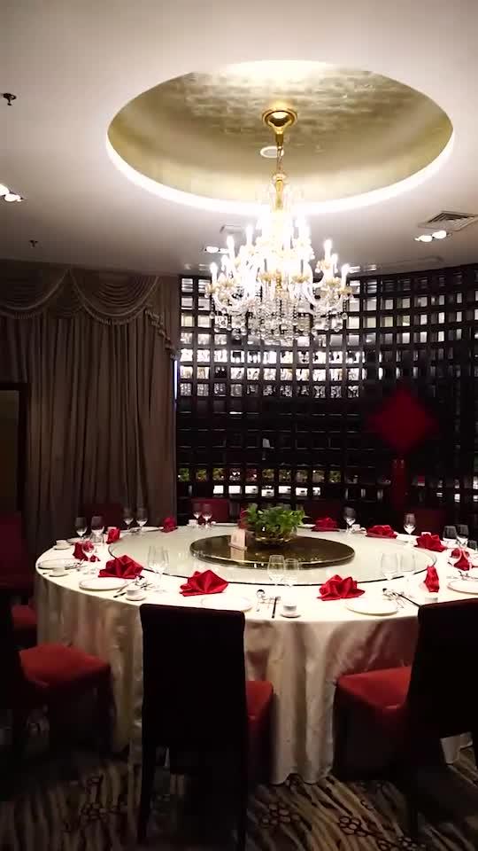 五星级酒店的中餐厅,提供粤菜和燕鲍翅