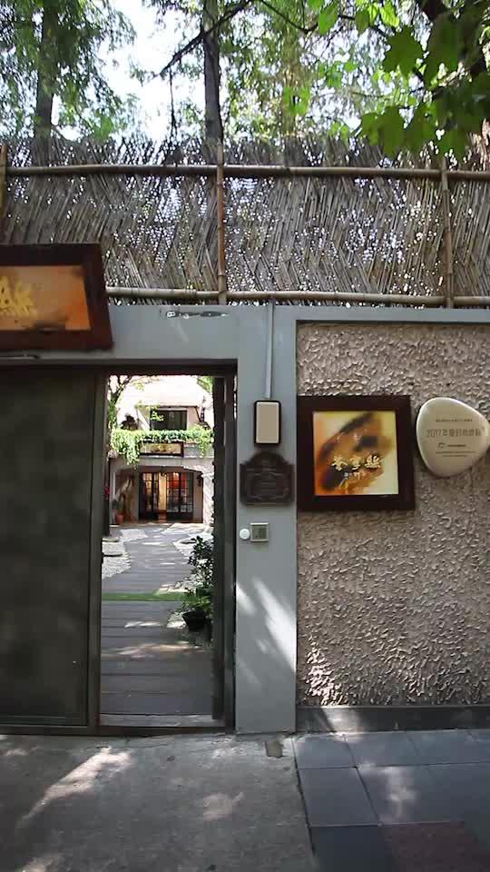 主打本帮菜及粤菜、创意菜等,是一个以丝绸为主体的时髦艺术美学空间