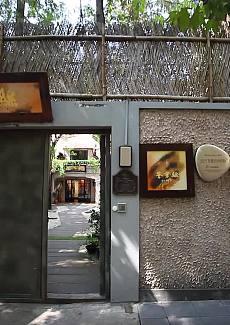 主打本帮菜及粤菜、创意菜等,是一个以丝绸为主体的时尚艺术美学空间