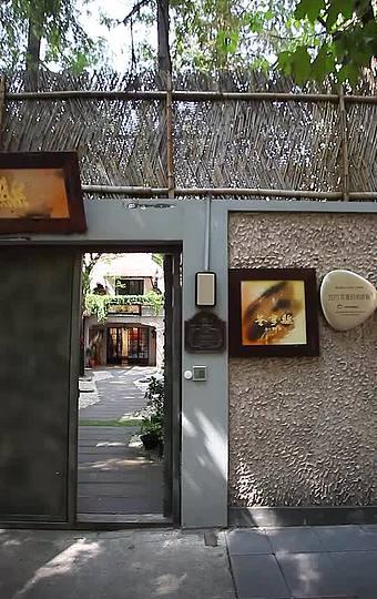 主打本幫菜及粵菜、創意菜等,是一個以絲綢為主體的時尚藝術美學空間