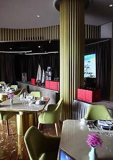 金属质感的气质餐厅还有江景为衬