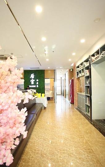 圆锥形的挂灯,砖纹的墙壁显得清新雅致的大厅