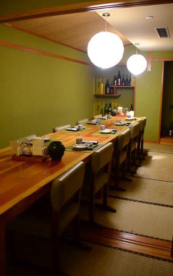 """""""柴田家""""墙上摆放着各种日式酒瓶作为装饰"""