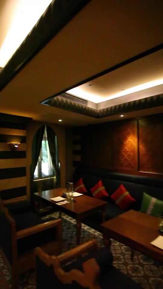 装修独具异域风情,令餐厅光线色调高雅神秘